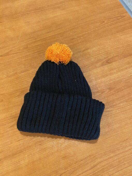 Crna zimska kapa s narančastim pomponom