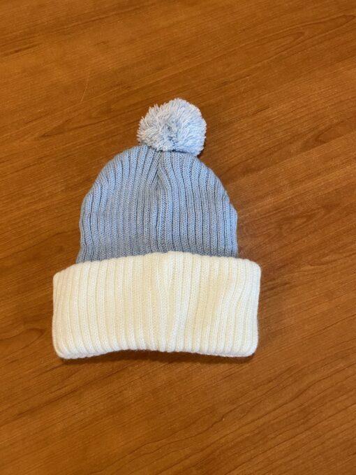 svjetlo plava s bijelim zimska kapa