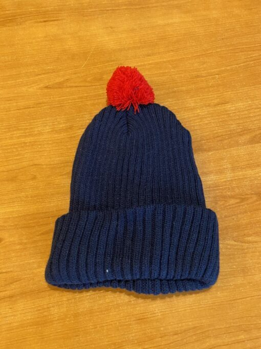 modra zimska kapa s crvenim pomponom